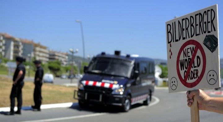 Каждое собрание клуба сопровождается протестами активистов против глобального правительства