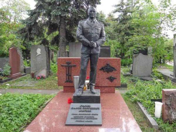 Памятник генералу на Новодевичьем кладбище