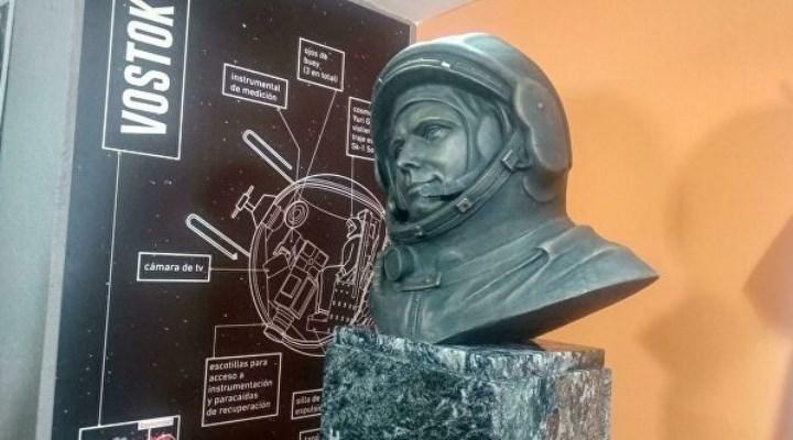 бюст Гагарина в планетарии Аргентины.
