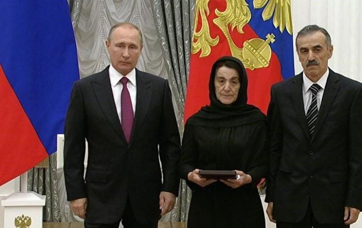 Фото: на вручении награды родителям погибшего в Дагестане лейтенанта полиции Магомеда Нурбагандова, 2016 г.