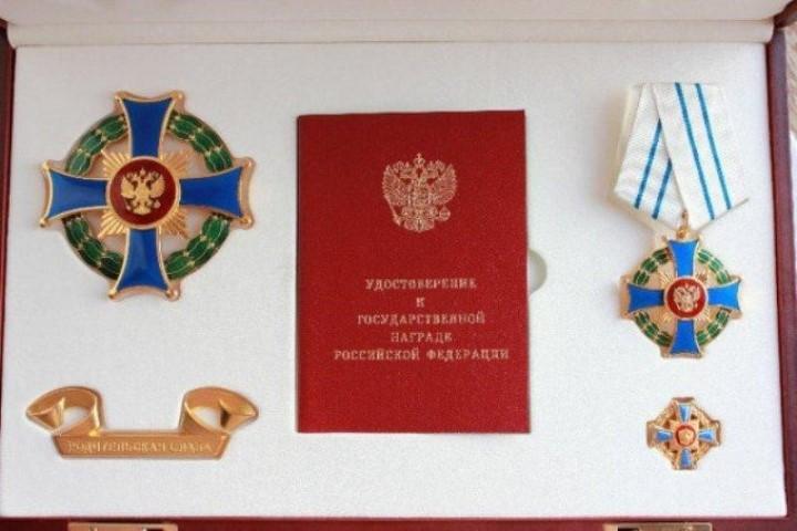 Если мама и папа получают медали за 4 детей, им также выдаётся их мини-копия