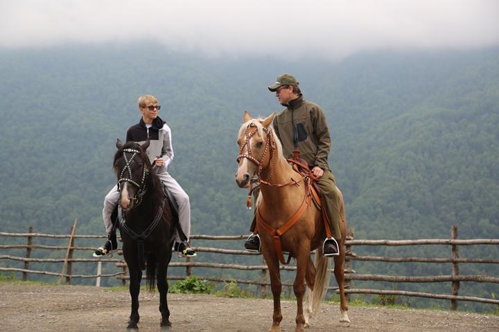 Руслан Байсаров со старшим сыном Дени на конной прогулке