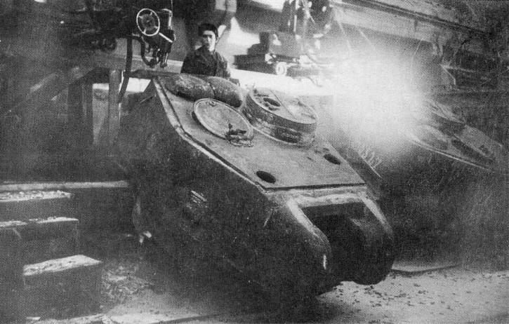 Фото: автоматическая приварка крыши башни танка Т-34–85 к её литой бронеоснове с помощью сварочных автоматов Патона. Завод №183, Нижний Тагил, военная хроника