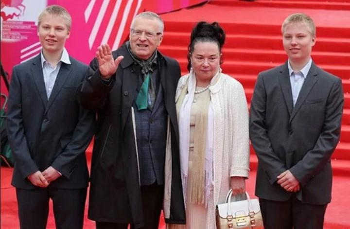 Фото: Жириновский с женой Галиной и внуками-близнецами