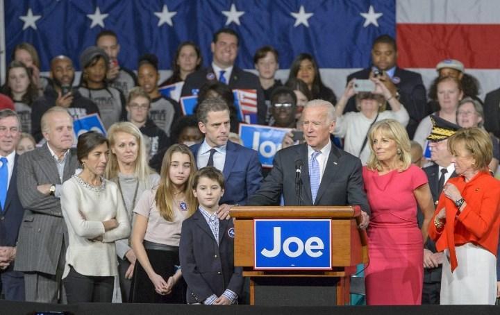 маленький Роберт стоит справа от дедушки
