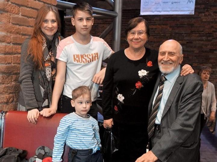 Фото: с женой, младшей дочерью и внуками