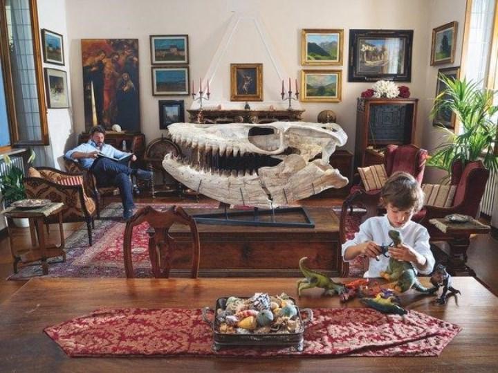 Пока сын итальянского режиссера и продюсера Франческо Инверницци занимает себя игрушечными динозаврами, сам отец любуется на украшающий гостиную череп мозазавра.