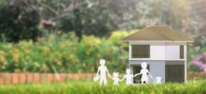 их выселили из большого загородного дома за долги, семья переезжает в маленькую квартиру